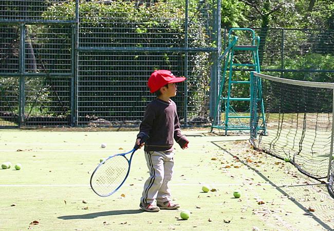テニスを始める子供