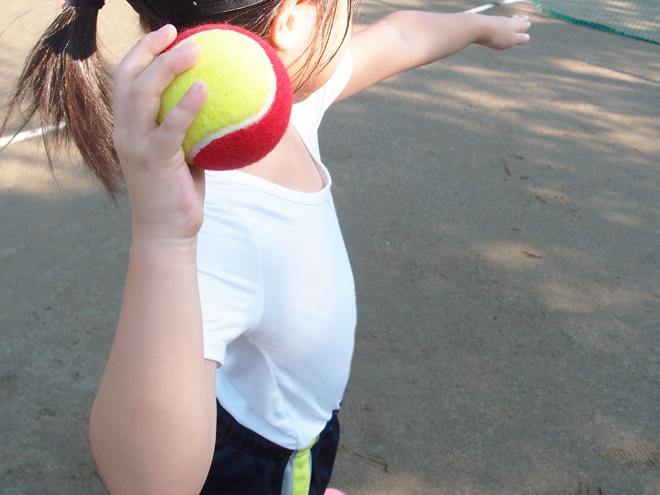 子供のボールの投げ方
