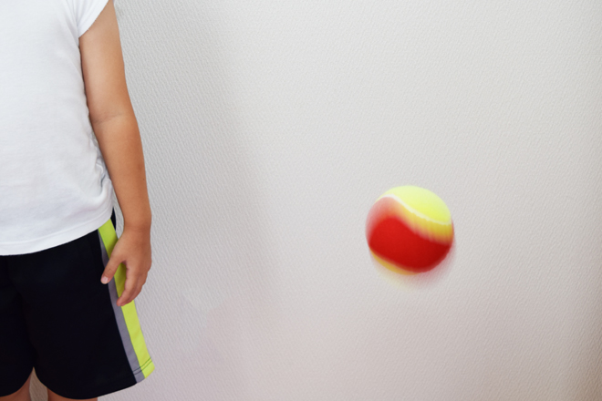 子供の横にボールを投げる