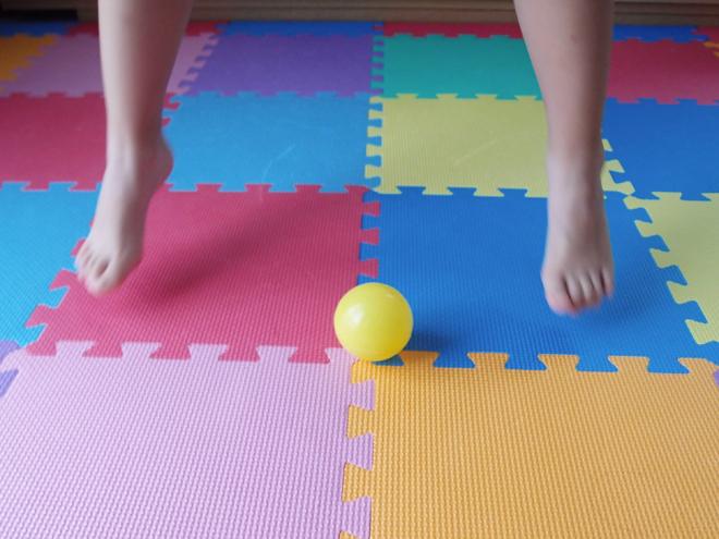 足の間に来たボールはジャンプ