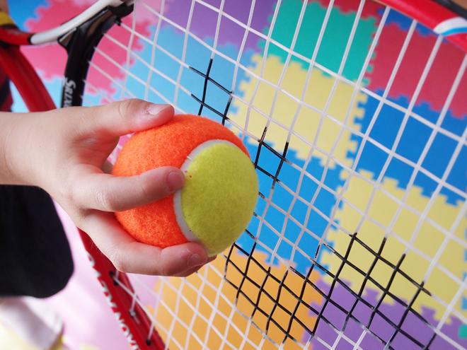 ラケットと手でボールをキャッチ